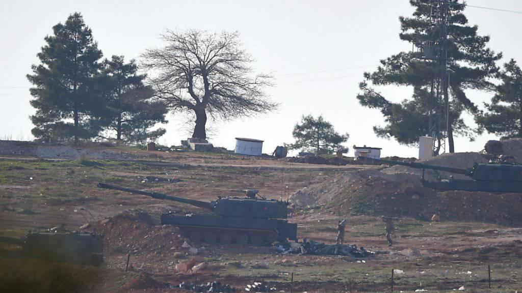 Türkische Soldaten tragen Munition zu einem Panzer, der an der Grenze zu Syrien steht. Seit Tagen beschiesst die Armee die Kurdenmiliz YPG, die zuletzt in Nordsyrien Geländegewinne verzechnete.