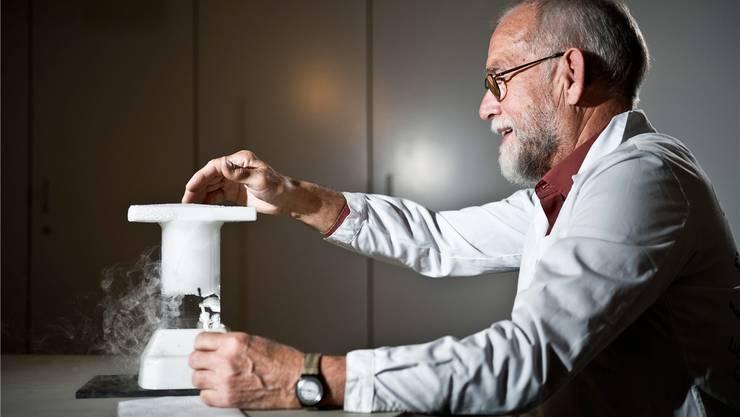 Becherglas und destilliertes Wasser: Albert Kuster demonstriert, wie Wolken entstehen. Annika Bütschi