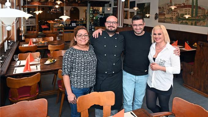Das Alte-Mühle-Team (von links): Erica Rosamilia (Service), Luca Bosco (Chefkoch), Tarik Kaplan (Pächter) und Oriana Tocco (Servicechefin).Bild: Bruno Kissling
