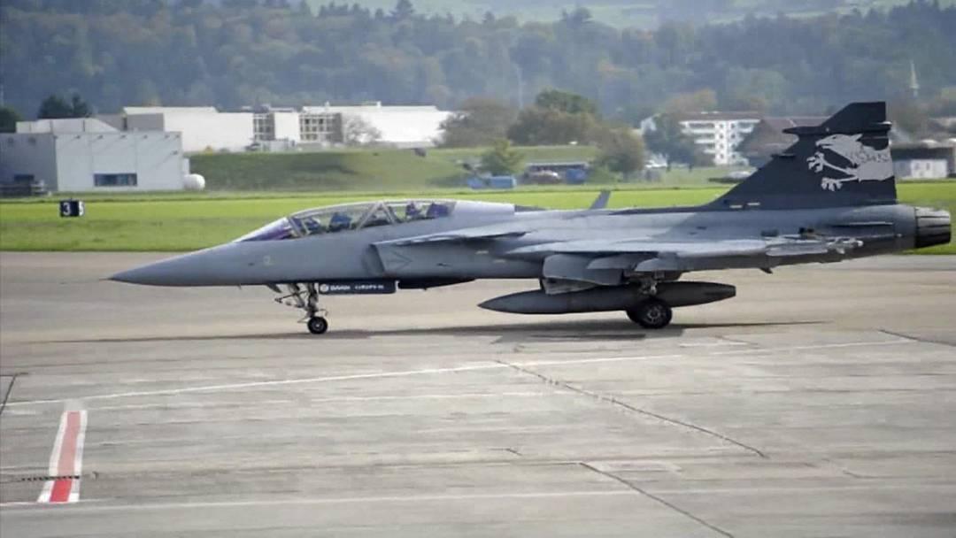 Erstmals hat der Gripen F Demonstrator, der am Mittwoch in Emmen eingetroffen war, den Hangar verlassen. Das Flugzeug soll nächste Woche am Fliegerschiessen auf der Axalp teilnehmen und Sicherheitspolitikern vorgeführt werden.