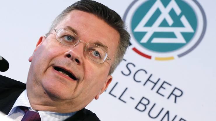 DFB-Präsident Reinhard Grindel hat in einem Interview Fehler im Umgang mit dem zurückgetretenen deutschen Nationalspieler Mesut Özil eingeräumt
