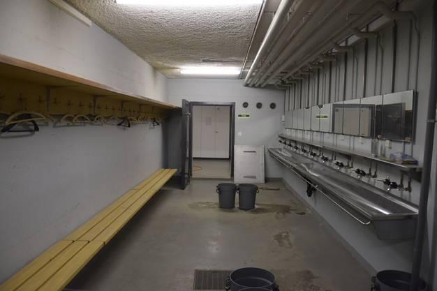 Der Vorraum, wo sich die Patienten ausziehen müssen, um danach in der Schleuse dekontaminiert zu werden.