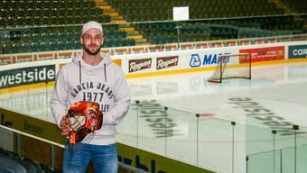 Janick Schwendener posiert für einmal auf der Tribüne der Post-Finance-Arena und nicht vor seinem Arbeitsplatz auf dem Eis.