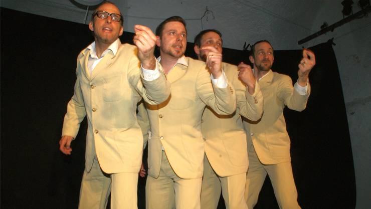 Mit ihren Choreografien trieben die vier Männerchorsänger den Zuschauern die Lachtränen in die Augen. syh