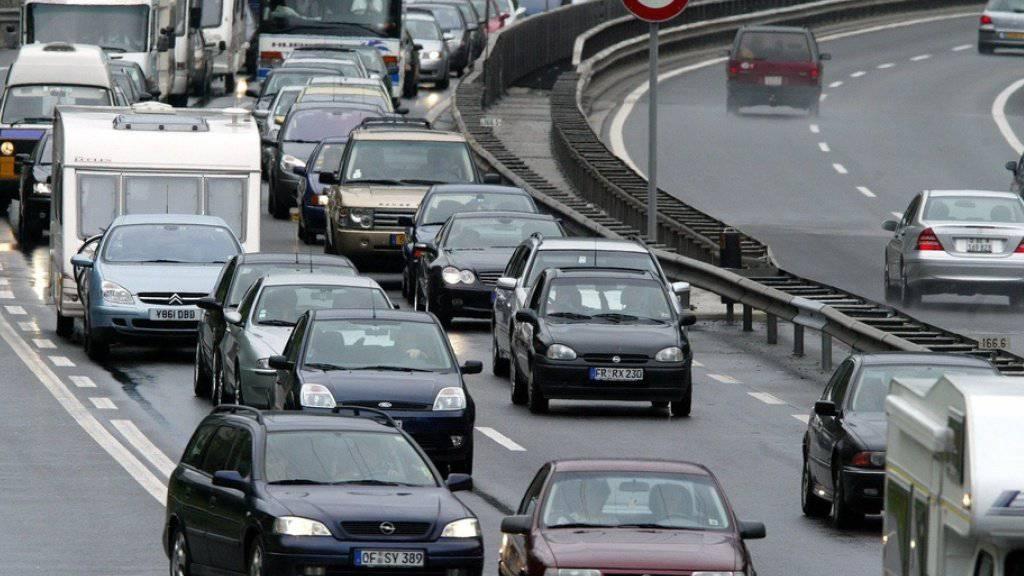 Auf der Gotthard Autobahn A2 staut sich der Pfingstreiseverkehr auf 19 Kilometer Länge. (Archivbild)