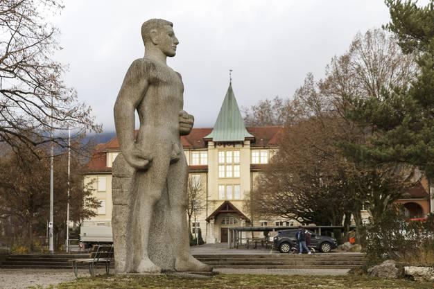 Ein nackter Bundesrat in Grenchen? Denkmal für Hermann Obrecht