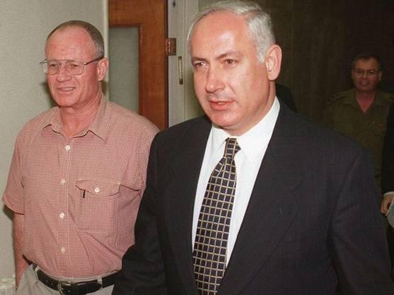 Mossad-Chef Yatom (l.) mit Premierminister Netanjahu im Oktober 1997. Yatom musste einige Monate später zurücktreten.