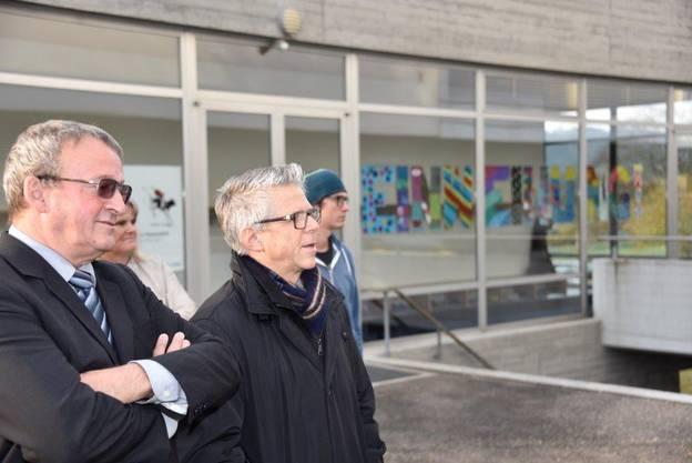 Heinrich Sgier (Gemeinderat Bau) und Beat Rüfli (Gemeindepräsident) vor der Aula