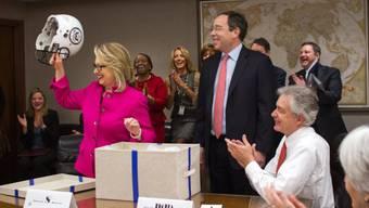 Hillary Clinton sitzt wieder im Büro