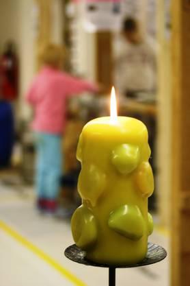 Zünde die Kerze an, damit sie Licht und Wärme spendet.