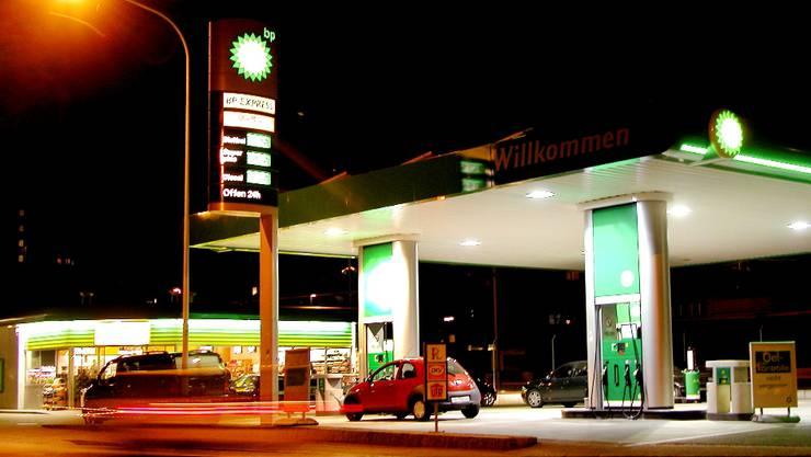 Wirtschaft, Rohstoffe: Tankstellenshops profitieren in vielen Kantonen von liberalen Ladenschluss-Gesetzen. 14/05/2004