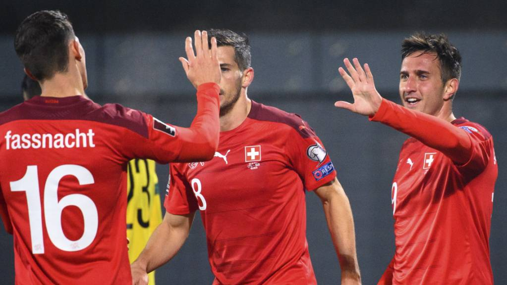 Christian Fassnacht und Mario Gavranovic klatschen ab: Bisher hat die Schweiz in der WM-Qualifikation unter dem neuen Trainer Murat Yakin alles richtig gemacht
