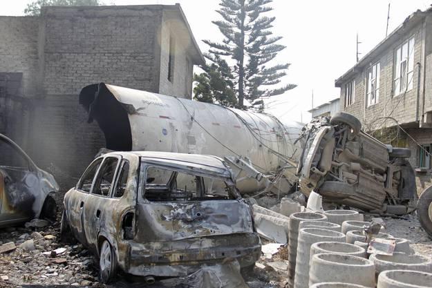Teile des explodierten Lastwagens