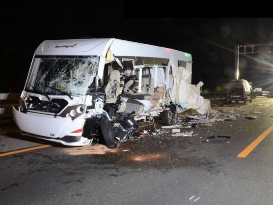 Eptingen BL, 28. Juni: Auf der Autobahn A2 ist es zu einer Frontalkollision zwischen einem Personenwagen und einem Wohnmobil gekommen. Dabei wurden drei Personen verletzt, eine davon schwer.