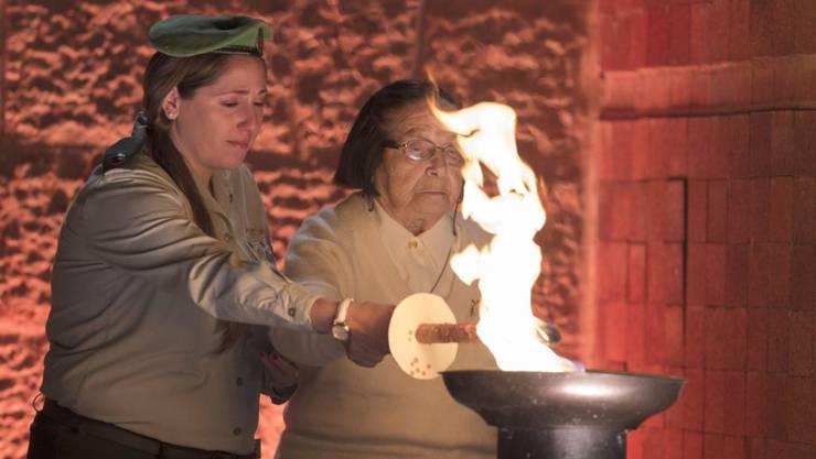 Eine Holocaust-Überlebende entzündet in Jerusalem eine Flamme während den Holocaust-Gedenkfeiern