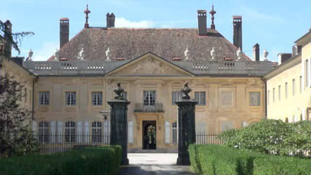Oberhalb von Vevey steht ein ganzes Schloss zum Verkauf. 50 bis 60 Millionen müssen zukünftige Schlossbesitzer für die Traumliegenschaft locker machen. Normalsterbliche können immerhin das Mobiliar ersteigern.