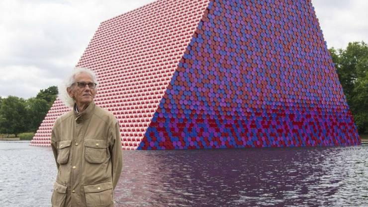 """Der Künstler Christo vor seiner schwimmenden """"Mastaba"""" im Londoner Hyde Park."""