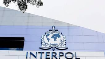 Das Interpol-Logo am Forschungszentrum für Internetkriminalität