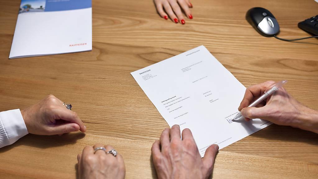 Der Bundesrat will neue Verhaltensregeln für Versicherungsvermittler im Gesetz verankern. Am Montag berät der Nationalrat darüber.