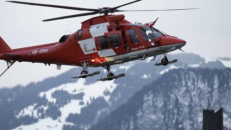 Der tote Snowboarder wurde bei einem Suchflug von einem Helikopter aus im Gelände entdeckt. (Symbolbild)