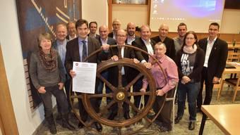 """Der Grenchner Gemeinderat posiert fürs Gruppenbild, nachdem die Charta """"Kompass"""" von allen Mitgliedern unterzeichnet wurde"""