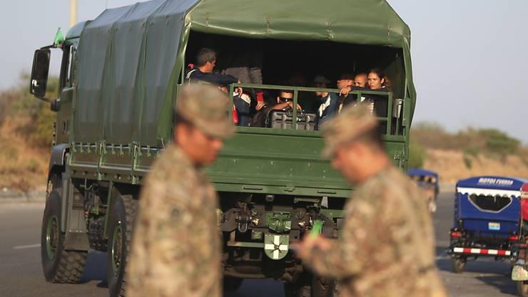 Migranten in einem Lastwagen in Peru. (Archivbild)