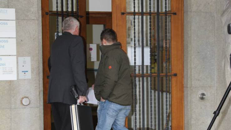 Der Angeklagte betritt  im Januar 2012 mit seinem Verteidiger das Lenzburger Bezirksgericht.