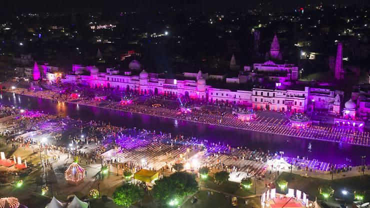 Blick auf die erleuchtete Stadt Ayodhya am Vorabend der Zeremonie der Grundsteinlegung für einen dem Hindu-Gott Ram geweihten Tempel. Foto: Rajesh Kumar Singh/AP/dpa