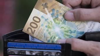 Frauen verdienen monatlich im Durchschnitt 522 Franken weniger als Männer. Staatsnahe Betriebe wollen diesem Missstand nun entgegentreten. (Symbolbild)