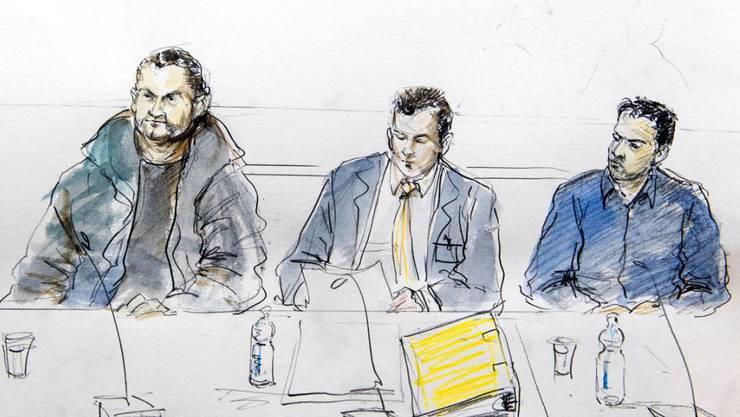 Zwei der vier Angeklagten und ihr Verteidiger vor dem Bundesstrafgericht in Bellinzona. Heute soll das Urteil gegen die mutmasslichen IS-Unterstützer fallen. (Archiv)