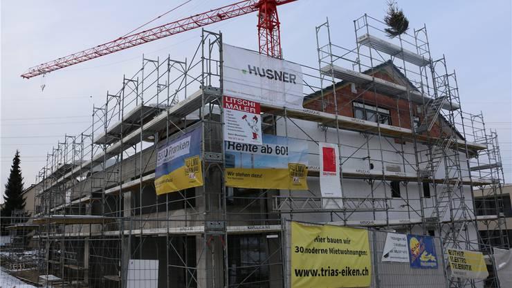 Das Haus A der Überbauung Trias an der Hauptstrasse in Eiken bietet Platz für zehn Wohnparteien. Dennis Kalt