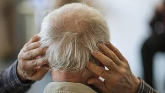 Stellt die Vergesslichkeit eine gewöhnliche Alterserscheinung dar – oder steckt mehr dahinter? Bei Demenzverdacht lohnt sich eine frühzeitige Abklärung.