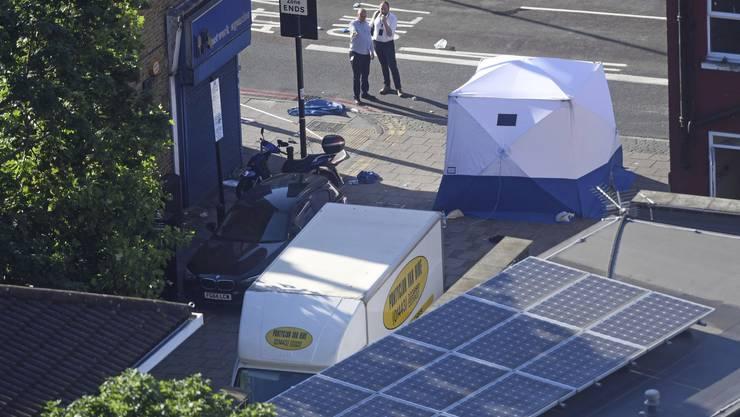 Ein Zelt der forensischen Einheit der Polizei steht neben dem Van, mit dem ein Mann in Gläubige gerast ist.