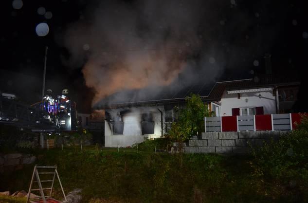 Die Feuerwehr war rasch vor Ort und konnte ein Übergreifen der Flammen auf das Einfamilienhaus verhindern.