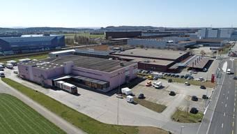 Baugespanne verrieten Ende März die Dimensionen der neuen Logistikhalle.