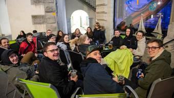 Wer gegen die Vorgaben des Bundesrats verstösst und trotzdem seinen Betrieb öffnet, dem blühen bis zu drei Jahren Haft. Bild: Ausgang in Baden, 14. März 2020.