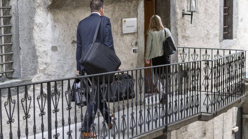 Der angeklagte Wahlfälscher (nicht im Bild) wurde Anfang September vor dem Bezirksgericht in Brig verurteilt. Nach dem Betrug will der Kanton die Sicherheit der brieflichen Stimmabgabe verbessern. (Archiv)