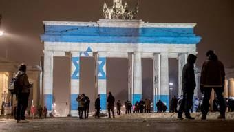 Das Brandenburger Tor erstrahlt in den israelischen Landesfarben: Berlin zeigt so seine Solidarität mit den Opfern des jüngsten Terroranschlags in Israel.