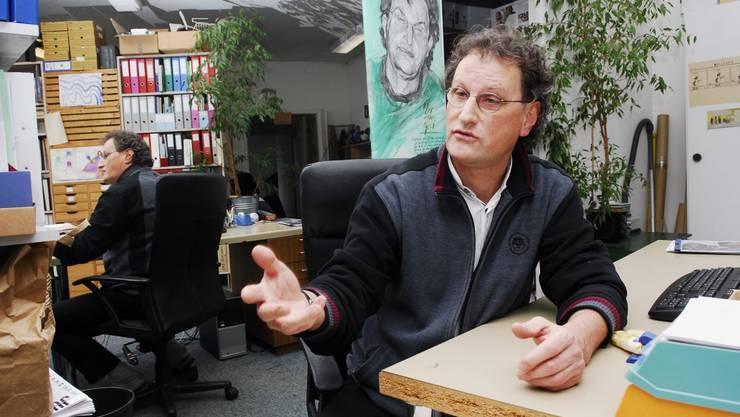 Zur Person: Geri Müller ist 50 Jahre alt und gehört der Grünen Partei an. Er lebt mit seiner Frau und seinen drei Kindern in Baden. Müller ist Vizeammann und Stadtrat von Baden, ist Nationalrat und war 2008/09 Präsident der Aussenpolitischen Kommission, in der er die Libyen-Affäre begleitet hat. Das Foto entstand gestern in seinem Büro in Baden. (sha)
