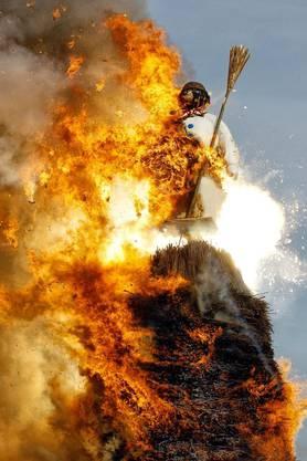 Der Böögg wird von den Flammen gefressen