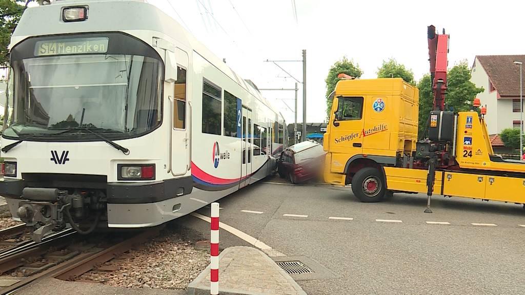 Spektakulärer Unfall: In Buchs fährt ein Auto zweimal in die WSB und in zwei Post-Töffli