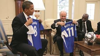 Sepp Blatter war einst auch im Weissen Haus ein gern gesehener Gast: Der Fifa-Präsident übergibt Barack Obama 2009 Fussball-Shirts für dessen zwei Töchter.ZVG