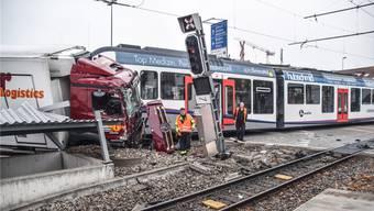 Riesgenglück für Lastwagenchauffeur und Zugführer: Beide sind bei diesem Unfall am 19. Oktober 2018 auf dem Mutschellen nur leicht verletzt worden.