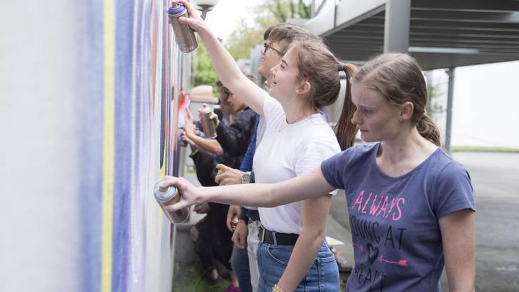 Schüler der Bezirksschule sprayen das alte Realschulhaus in Schinznach Dorf an.