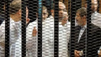 Der gestürzte Präsident Mursi und ander Muslimbrüder vor Gericht