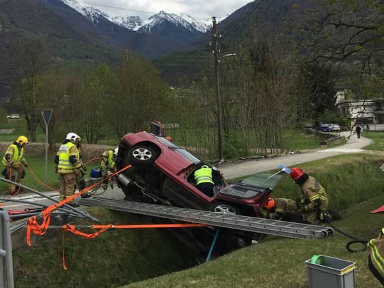 San Vittore GR, 17. April: Ein 77-jähriger Autolenker ist in San Vittore im südbündnerischen Misox bei einem Selbstunfall mittelschwer verletzt worden. Mit Brechwerkzeug musste der Mann aus dem total beschädigten Auto befreit werden.