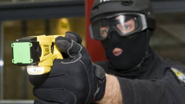 Genfer Polizist mit einer Elektroschock-Waffe (Archiv)