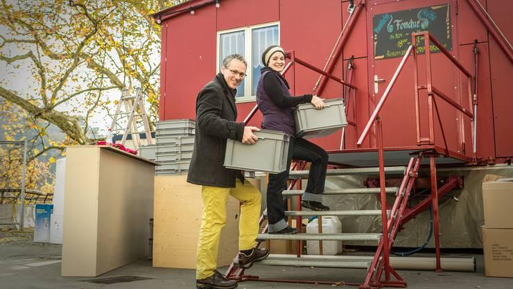 Lorenz Humbel und Nicole Lüthi von Humbels Fonduehütte während der Vorbereitungsarbeiten auf dem Bahnhofplatz.