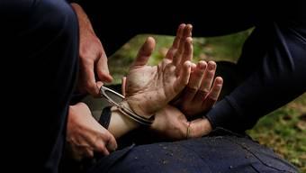 Die Polizei konnte den mutmasslichen Täter ermitteln und festnehmen. (Symbolbild)