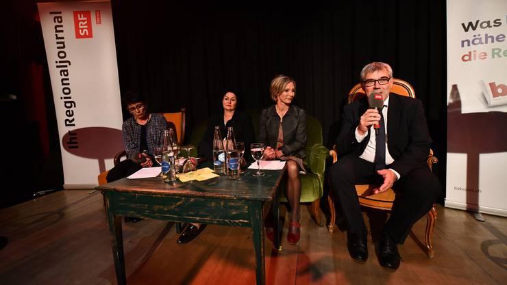 Die Ständeratskandidaten auf dem Podium in Liestal, hier mit Eric Nussbaumer, SP, am Mikrofon.